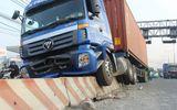 """TP HCM: Xa lộ kẹt cứng vì xe container """"trèo"""" dải phân cách"""