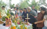Hoa tươi phủ kín mộ ông Nguyễn Bá Thanh ngày mùng 1 Tết