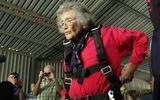Cụ bà nhảy dù, bơi cùng cá mập nhân dịp sinh nhật 100 tuổi
