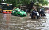 Hà Nội ngập nặng sau trận mưa lớn sáng sớm nay