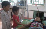 Rớm nước mắt cảnh hai em nhỏ chăm mẹ ung thư trong bệnh viện