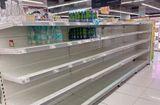 """Cộng đồng mạng - Khủng hoảng nước sạch, người Hà Nội """"vét sạch"""" nước đóng chai tại siêu thị"""