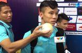 """Bóng đá - Quế Ngọc Hải bị đồng đội """"sàm sỡ"""" khi trả lời phỏng vấn sau trận thắng Indonesia"""