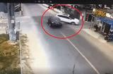Tin thế giới - Video: Hai ô tô va chạm kinh hoàng, đâm sập cả nhà dân bên đường
