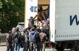 Tin thế giới - Cảnh sát Bỉ tiếp tục tìm thấy 12 người di dân trong thùng xe đông lạnh
