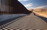 """Tin thế giới - Cận cảnh bức tường biên giới """"không thể xuyên thủng"""" của Tổng thống Trump"""