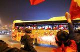 Tin trong nước - Người dân đứng dọc ven đường reo hò chào đón các anh hùng Sea Games 30