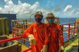 Thị trường - Người lao động dầu khí đồng cam cộng khổ vượt gian khó
