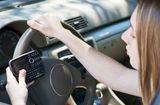 Tình huống pháp luật - Sử dụng điện thoại khi lái xe: Có thể bị tước giấy phép lái xe đến 4 tháng