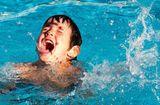 Sức khoẻ - Làm đẹp - Bé 9 tuổi ngã ở bể bơi, bị thanh sắt chọc vào khoang màng phổi