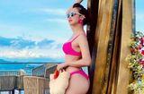 """Tin tức giải trí - Jennifer Phạm diện bikini """"nhuộm"""" hồng rực mùa hè, khoe thân hình nóng bỏng sau khi sinh con thứ 4"""