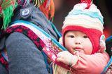 Gia đình - Tình yêu - Ngày Gia đình Việt Nam: Khoảnh khắc đáng yêu của những em bé trên lưng mẹ