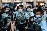 Tin thế giới - Cảnh sát Hong Kong ập lên máy bay, bắt giữ một nam thanh niên chuẩn bị sang Anh