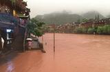 """Tin thế giới - Phượng Hoàng cổ trấn """"đổi màu"""" do mưa lũ nghiêm trọng"""