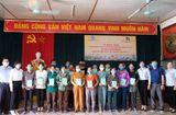 Tài chính - Doanh nghiệp - Agribank Nghệ An trao tặng sổ bảo hiểm xã hội tự nguyện cho các hộ gia đình có hoàn cảnh khó khăn