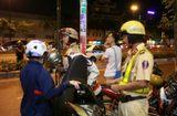 Tình huống pháp luật - Trường hợp nào CSGT được kiểm tra cốp xe, điện thoại của người đi đường?