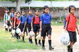 Tuyển sinh - Du học - Trường học Ấn Độ thu học phí bằng rác thải nhựa, học sinh được trả tiền khi đi học
