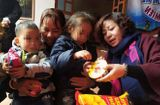 """Tin trong nước - Vụ 2 chị em nghi bị bỏ rơi giữa trời giá rét ở Hà Nội: Vì sao người cha trên """"giấy tờ"""" không nhận con?"""