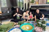 Chuyện làng sao - Ca sĩ Minh Hằng lần đầu tiên gói bánh chưng đón Tết