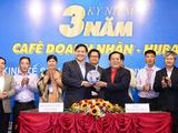 Bà Lê Thị Giàu trao quà tặng cho chương trình 'Một triệu lá cờ tổ quốc cùng ngư dân bám biển'