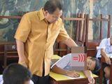 Lay mãi học sinh ngủ gật không dậy, thầy giáo bình tĩnh làm 1 việc khiến cả lớp