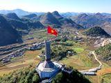 Tự hào lá cờ Việt Nam trên hành trình chinh phục miền biên ải