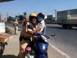 CSGT TP.HCM phát nước, khăn lạnh miễn phí cho người dân trên đường về quê ăn Tết