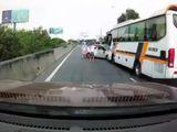 Video: Hung hăng chèn xe khách, xe con nhận kết