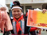 Học sinh giỏi mừng rỡ được tặng thịt lợn trong ngày bế giảng