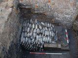 Phát hiện 600 chai bia nguyên vẹn từ thế kỷ 19 được chôn dưới gầm cầu thang của một lâu đài cổ