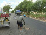 Video: Cảm phục người đàn ông bán vé số vá đường tại Cần Thơ