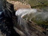 Video-Hot - Video: Tròn mắt xem thác nước chuyển hướng chảy ngược lên trời giữa gió bão
