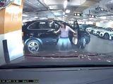 Video - Video: Chiếc Porsche gãy gập cửa do nữ lái xe quên kéo phanh tay