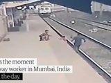 Video-Hot - Video: Công nhân đường sắt cứu em bé khỏi đường ray trong gang tấc khi tàu lao tới