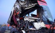 Xe khách đâm vào 2 xe tải, 10 người thương vong