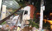 Xe container tông sập 2 nhà dân lúc nửa đêm