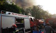 Hà Nội: Xưởng gỗ bốc cháy dữ dội, người dân hoảng loạn di chuyển đồ đạc