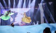 Cùng nhau tỏa sáng: Sam và Thuận Nguyễn hôn nhau trên sân khấu