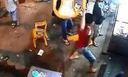Cô gái trẻ đập phá quán nhậu trong đêm