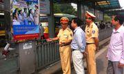CSGT dán đề can tuyên truyền luật giao thông tại 150 điểm xe bus