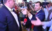 Clip: Hai nghị sĩ Ukraine tranh cãi, tay chân ngay trước mặt phóng viên