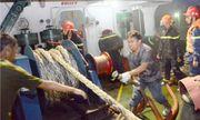 Tàu 3.000 tấn chở nhựa đường bốc cháy dữ dội gần kho xăng