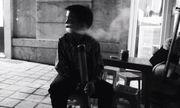 Ngẫm chuyện cậu bé 'biểu diễn' thuốc lào cho khách du lịch ở Sa Pa