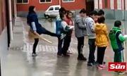 Học sinh bị cô giáo đá vì không làm bài tập về nhà