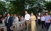 Hoàng tử Anh William dạo phố cổ Hà Nội, uống cà phê vỉa hè