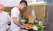 Khắc Việt vẫn tranh thủ vào bếp nấu ăn dù