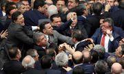 Thổ Nhĩ Kỳ: Nghị sĩ ẩu đả ngay trong phiên họp Quốc hội