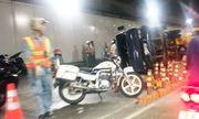 Xe tải nổ lốp, lật ngang trong hầm Thủ Thiêm