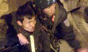 Hai thanh niên không mũ bảo hiểm phóng xe tông thẳng vào CSCĐ