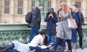 Thực hư thông tin người phụ nữ vô tâm cầm điện thoại đi qua nạn nhân vụ khủng bố